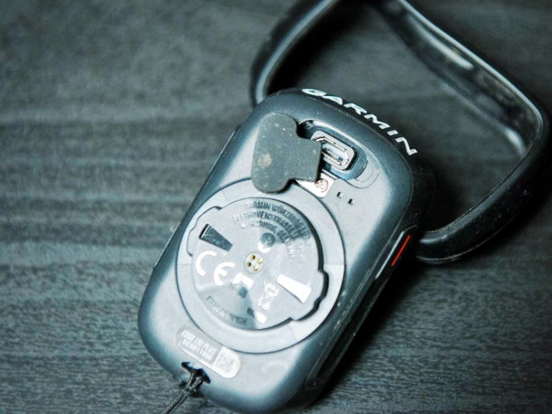 Il vano di accesso per il cavetto, che serve sia per ricaricare il Garmin, sia per connetterlo al computer.